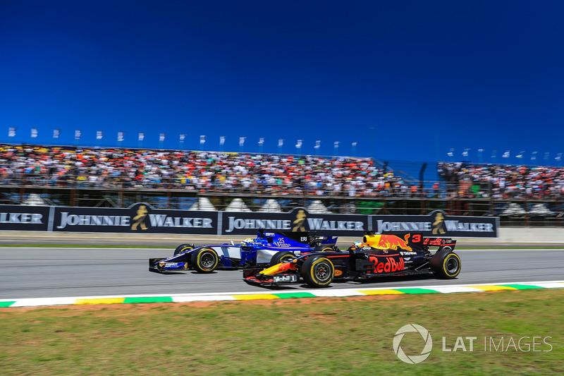 Marcus Ericsson, Sauber C36 ve Daniel Ricciardo, Red Bull Racing RB13 pozisyon mücadelesi