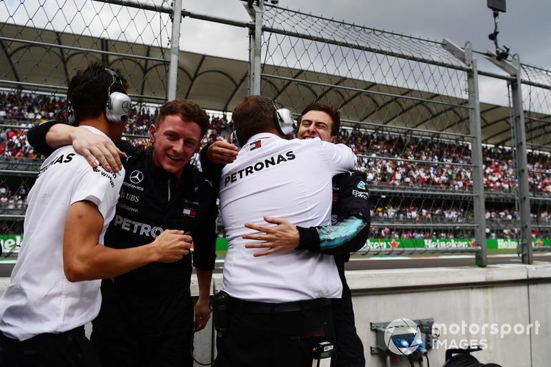 L'équipe Mercedes-AMG F1 fête le titre de Lewis Hamilton