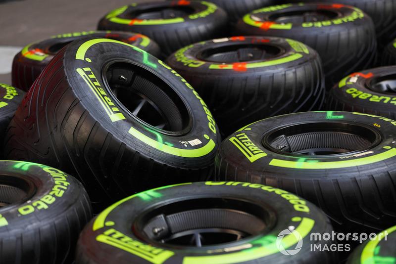 Надпис Pirelli