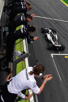 Ganador de la carrera Lewis Hamilton, Mercedes-AMG F1 W09 cruza la meta