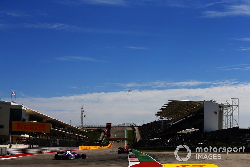 Marcus Ericsson, Sauber C37, precede Pierre Gasly, Scuderia Toro Rosso STR13