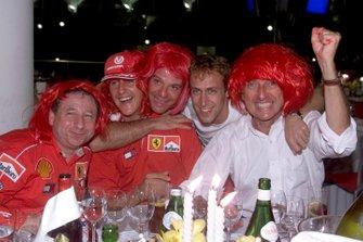 Jean Todt, Michael Schumacher, Rubens Barrichello, Luca Badoer et Luca di Montezemolo fêtent un nouveau titre mondial pour Ferrari