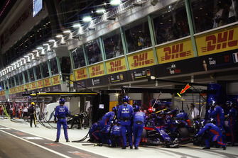 Brendon Hartley, Toro Rosso STR13, makes a pit stop