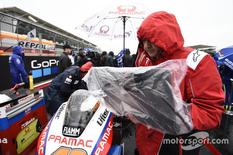 Мотоцикл Pramac Ducati на стартовій решітці під дощем