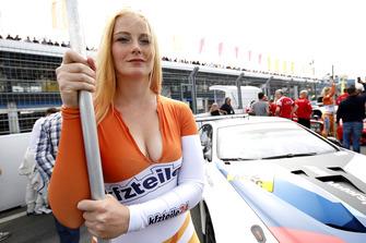 Chica de la parrilla de #42 BMW Team Schnitzer BMW M6 GT3: Mikkel Jensen, Timo Scheider