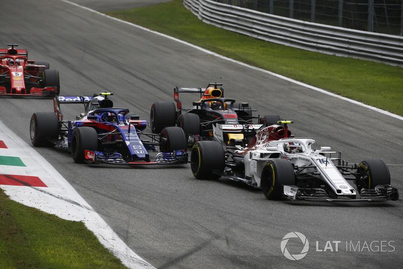 Charles Leclerc, Sauber C37 leads Pierre Gasly, Scuderia Toro Rosso STR13 and Daniel Ricciardo, Red Bull Racing RB14