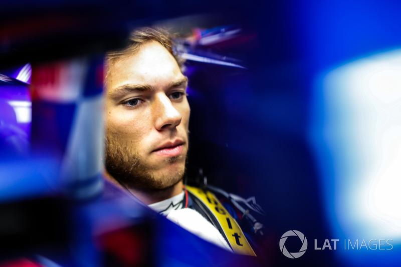 """Pierre Gasly: """"Com certeza sua abordagem está um pouco diferente, porque ele [Fernando Alonso] sabe que não estará na F1 no próximo ano. Parece que ele está ainda mais agressivo do que costumava ser."""""""