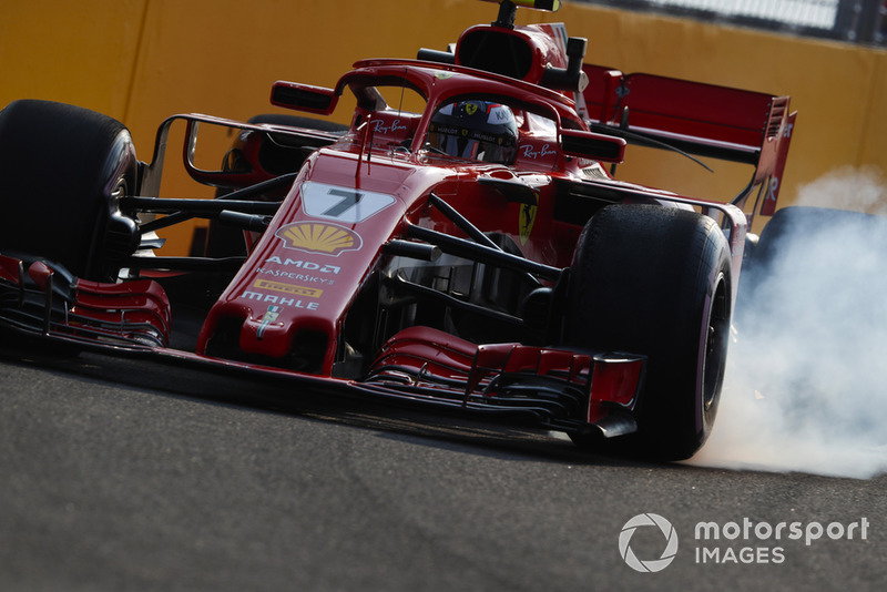 Kimi Raikkonen, Ferrari SF71H, bloque une roue avant