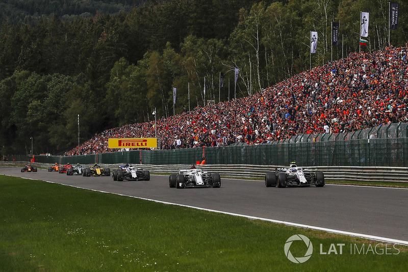 Marcus Ericsson, Sauber C37 and Sergey Sirotkin, Williams FW41 battle