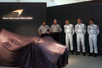 Norbert Haug, Ron Dennis, Mika Hakkinen, David Coulthard e il tester Olivier Panis
