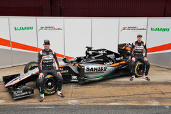 Sergio Perez, Sahara Force India F1, und Nico Hülkenberg, Sahara Force India F1, enthüllen den Sahara Force India F1 VJM09