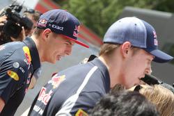 Max Verstappen, Red Bull Racing y Daniil Kvyat, Scuderia Toro Rosso con los medios
