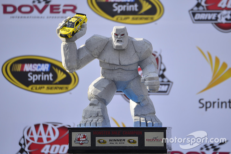nascar-cup-dover-2016-miles-the-monster-trophy.jpg