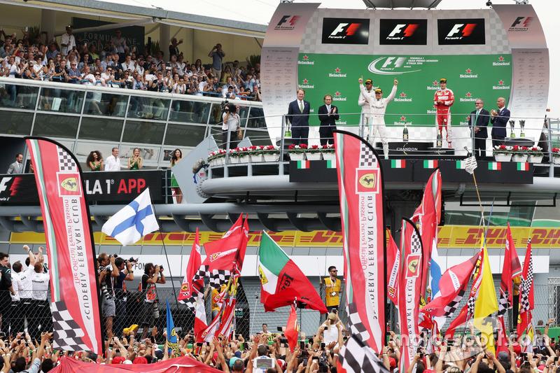 Race winner Nico Rosberg, Mercedes AMG F1 W07 Hybrid celebrates on the podium