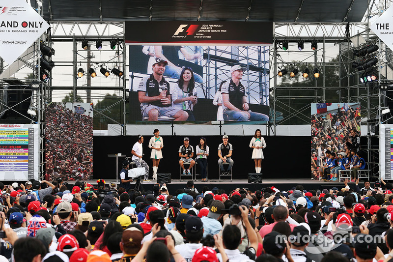 Sergio Perez, Sahara Force India F1 and team mate Nico Hulkenberg, Sahara Force India F1 at the fans