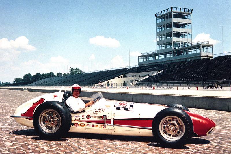 Больше всего гонок (35) в Индианаполисе провел Эй-Джей Фойт. В последний раз он выходил на старт в 1992 году, когда ему было уже 57 лет – он является самым возрастным участником Indy 500 в истории