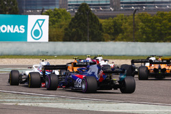 Stoffel Vandoorne, McLaren MCL33 Renault, Sergey Sirotkin, Williams FW41 Mercedes, and Brendon Hartley, Toro Rosso STR13 Honda, at the start of the race