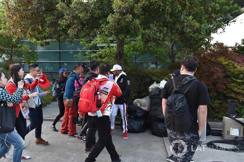 Des fans et Lewis Hamilton, Mercedes-AMG F1