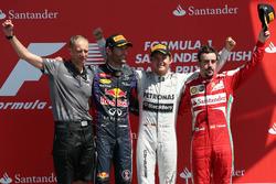 Podium: Tony Ross, Race Engineer, second place Mark Webber, Red Bull Racing, Race winner Nico Rosberg, Mercedes AMG F1, third place Fernando Alonso, Ferrari