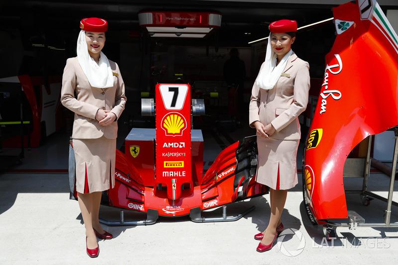 Стюардеси Etihad у боксах Ferrari
