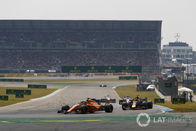 Fernando Alonso, McLaren MCL33, devant Daniel Ricciardo, Red Bull Racing RB14
