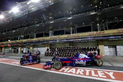 Photo d'équipe de la Scuderia Toro Rosso avec Pierre Gasly et Brendon Hartley