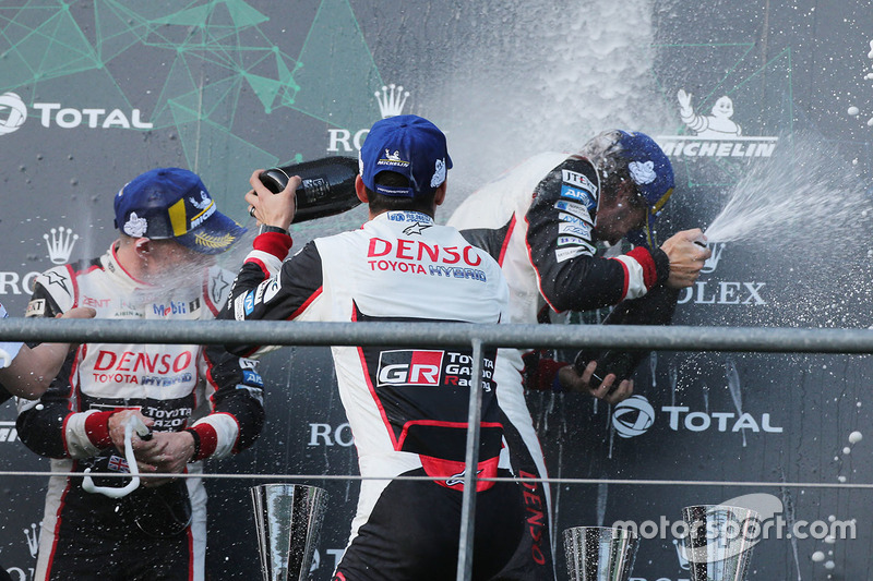 Podium: ganadores #8 Toyota Gazoo Racing Toyota TS050: Sébastien Buemi, Kazuki Nakajima, Fernando Alonso, celebran