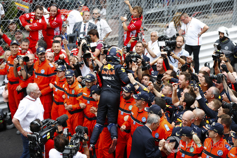 Daniel Ricciardo, Red Bull Racing, celebra la victoria con su equipo, Adrian Newey, director técnico de Red Bull Racing y Helmut Markko, consultor de Red Bull Racing.