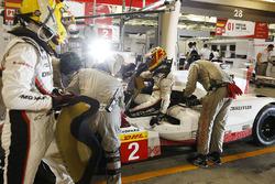 #2 Porsche Team Porsche 919 Hybrid: Timo Bernhard, Earl Bamber, Brendon Hartley in the pits