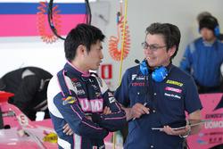 大嶋和也と打ち合わせをする山田健二エンジニア。21日までサーキットに元気な姿を見せていた