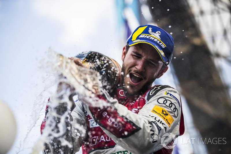 Daniel Abt, Audi Sport ABT Schaeffler, con el champán después de ganar la carrera