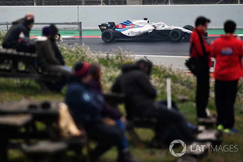 Fans miran a Sergey Sirotkin, Williams FW41