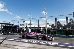 Sergio Perez, Force India VJM11 Mercedes, quitte les stands