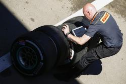 Инженеры Pirelli за работой