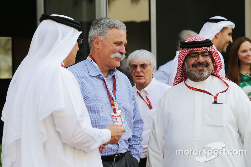 El Jeque Mohammed bin Essa Al Khalifa, Director Ejecutivo de la Junta de desarrollo económico de Bahrein y accionista de McLaren con Chase Carey, fórmula uno Grupo Presidente y Muhammed Al Khalifa, Presidente del circuito de Bahrein