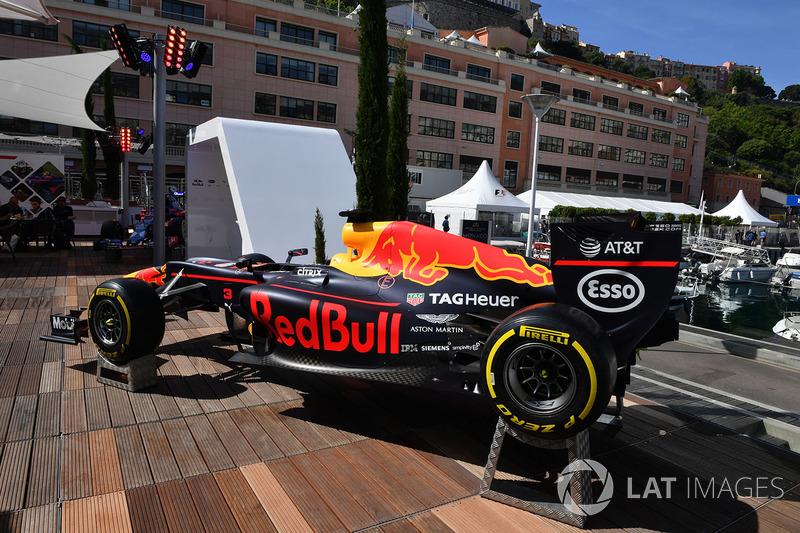 Шоу кар Red Bull Racing RB13 на Red Bull Racing Energy Station