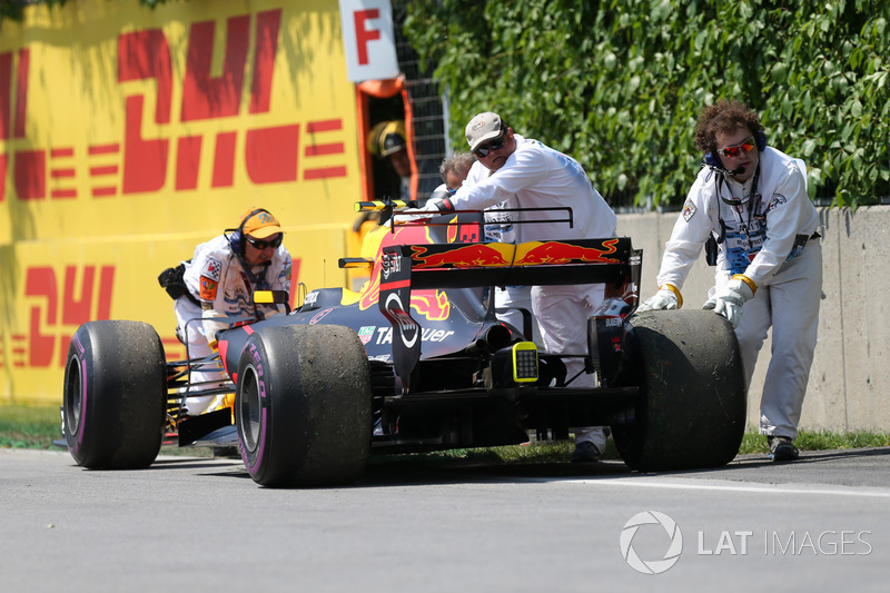 Эвакуация автомобиля RB13 Макса Ферстаппена, Red Bull Racing