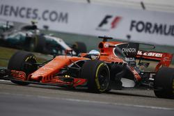 Фернандо Алонсо, McLaren MCL32, и Валттери Боттас, Mercedes AMG F1 W08