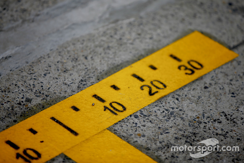 Precise markings in the pit lane