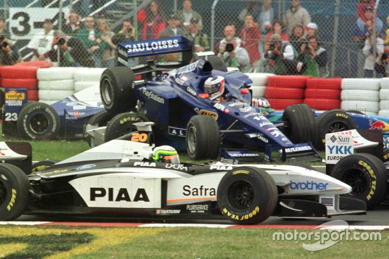 Jarno Trulli, Prost vuela por el aire antes de aterrizar sobre Alexander Wurz, Benetton y Ricardo Rosset, Tyrrell