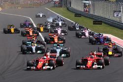 Старт гонки: лидируют Себастьян Феттель и Кими Райкконен, Ferrari SF70H