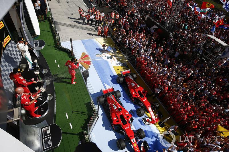 Multitudes se reúnen bajo el podio para apoyar a ganador de la carrera Sebastian Vettel, Ferrari, se