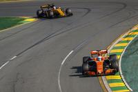 Fernando Alonso, McLaren MCL32, Nico Hulkenberg, Renault Sport F1 Team RS17