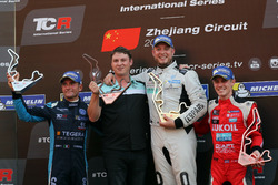 Podium: Race winner Rob Huff, Leopard Racing Team WRT, Volkswagen Golf GTi TCR, second place Gianni