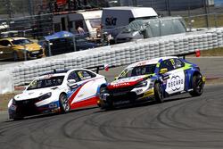 Ян Эрлаше, RC Motorsport, Lada Vesta WTCC, и Джон Филиппи, Sébastien Loeb Racing, Citroën C-Elysée WTCC