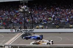 Takuma Sato, Andretti Autosport Honda passes Helio Castroneves, Team Penske Chevrolet