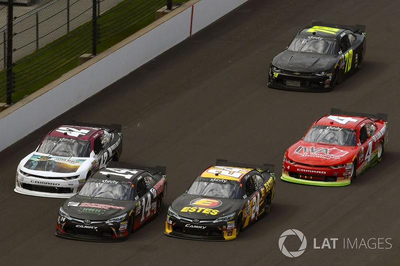 Jeb Burton, JGL Racing Toyota y J.J. Yeley, TriStar Motorsports Toyota