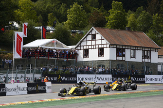 Nico Hulkenberg, Renault Sport F1 Team R.S. 18, leads Carlos Sainz Jr., Renault Sport F1 Team R.S. 18, and Stoffel Vandoorne, McLaren MCL33, on the formation lap
