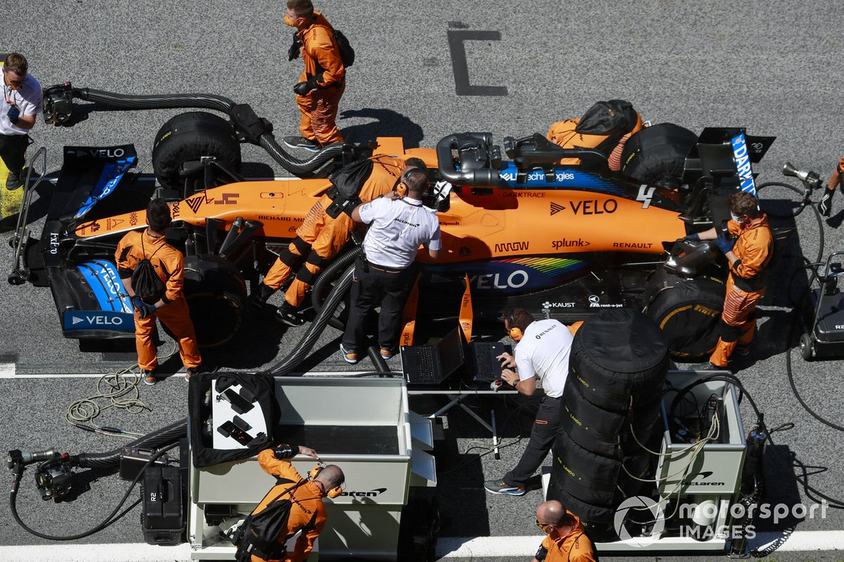 Mechanics and engineers on the grid with Lando Norris, McLaren MCL35