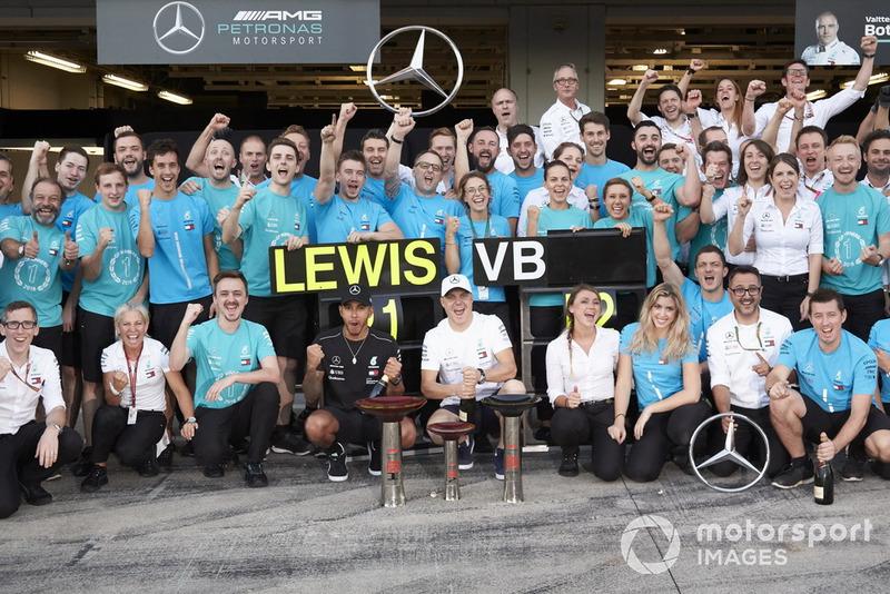 Celebraciones del equipo después del Gran Premio de Japón para Lewis Hamilton, Mercedes AMG F1, y Valtteri Bottas, Mercedes AMG F1